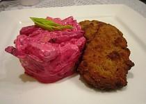 Bramborový salát s červenou řepou a křenem s mini řízečky v jogurtové marinádě