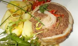 Bůčková roláda s mletým masem, fazolkami a červenou paprikou