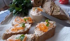 Chutná pomazánka z domácí lučiny, mrkve a česneku
