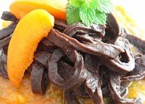 Čokoládové nudle s perníkovou chutí a meruňkovou omáčkou
