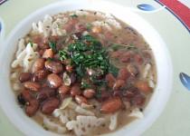 Fazolová polévka se širokými nudlemi