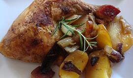 Kuře pečené na houbách, zelenině a bramborách