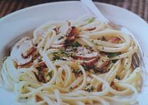 Špagety s houbami,citronem a česnekem