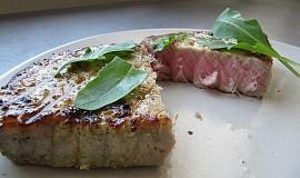 Steak z tuňáka na grilu
