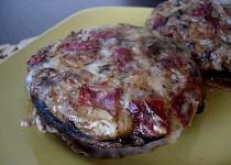 Žampiony plněné sýrem, sušenými rajčaty, klobáskou a mandlemi