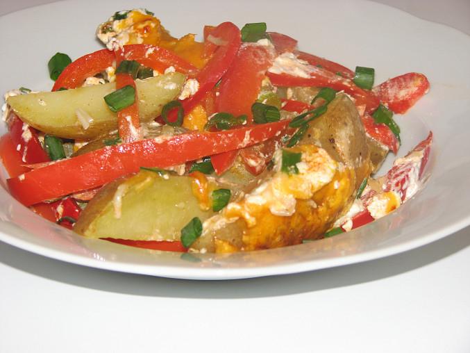 Brambory zapečené s paprikou, jarními cibulkami a kysanou smetanou