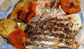 Grilovaný filet z lososa s brambůrkem a rajským