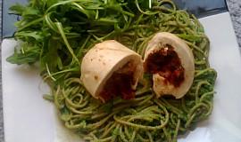 Plněné kuřecí prso se špagetami a rukolovým pestem