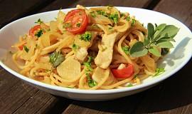Špagety s fenyklem, kuřecím masem a ančovičkami