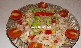 Těstovinový salát s tuňákem a zeleninou