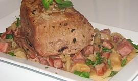 Vepřová pečeně na slanině, celeru a šalotkách