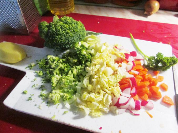 Brokolicovo-zeleninová polévka, připravená zelenina...