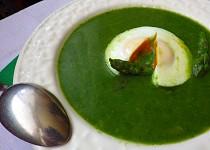 Chřestovo-špenátová polévka s medvědím česnekem