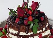 Čokoládový dort s polevou, ovocem a růžemi