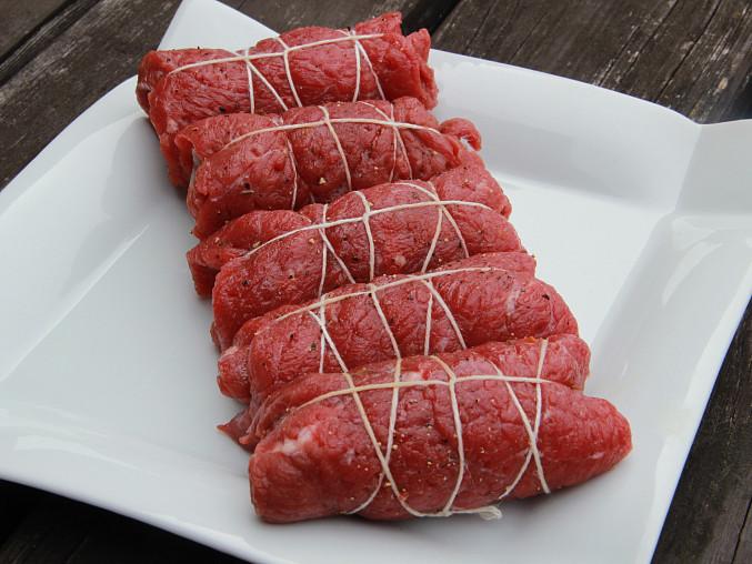 Hovězí roládky se sušenými rajčaty, šalvějí a sušenou šunkou