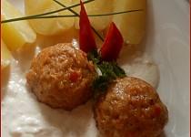 Masové bochánky se sýrovo-křenovou omáčkou
