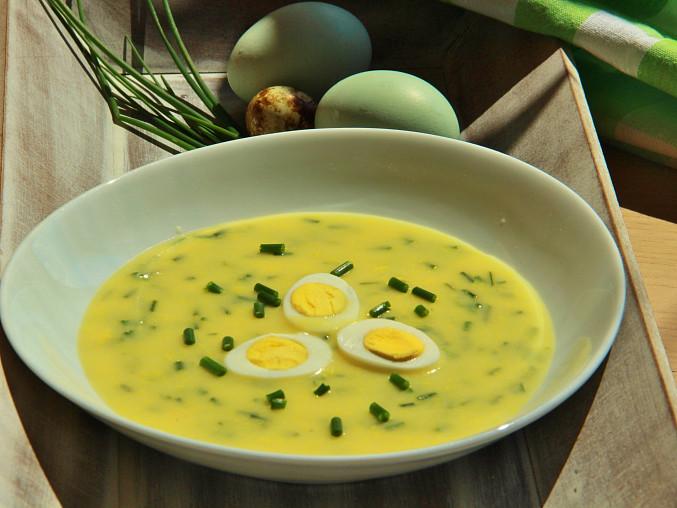 Pažitková žloutková polévka