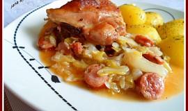 Pečené kuřecí maso s klobásovým zelím