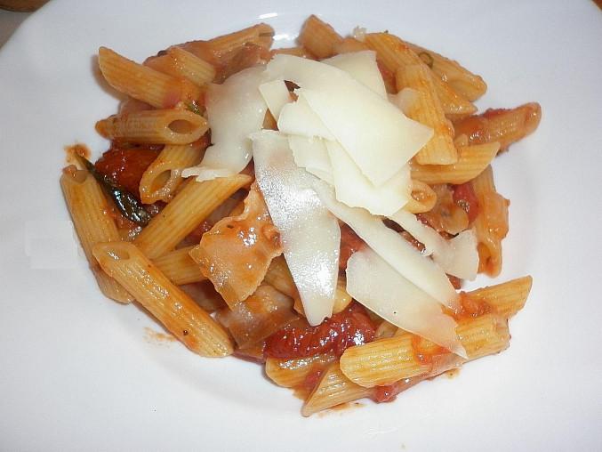 Penne s rajčatovou omáčkou, sušenými rajčaty, pancettou a pecorinem