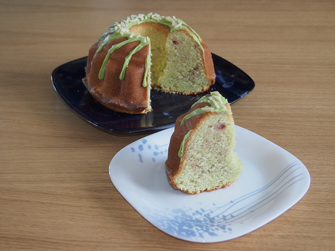 Pistáciový chlebíček s jogurtovou polevou