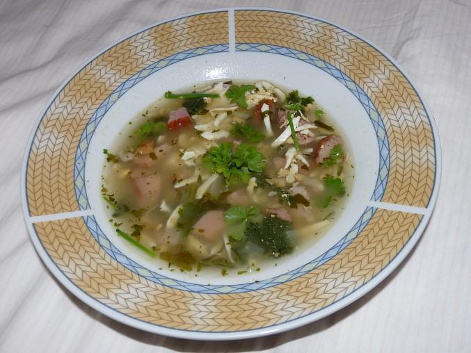 Polévka z vařených vajec, bylinek a uzeného