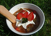 Rebarborová miska s jahodami a mátou