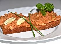 Rybičková pikantní směs se sýrem na topinky