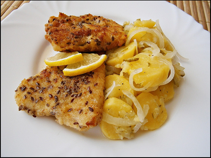 Ryby v semínkovém trojobalu s cibulovo bramborovým salátem, Ryby v semínkovém trojobalu s cibulovo bramborovým salátem