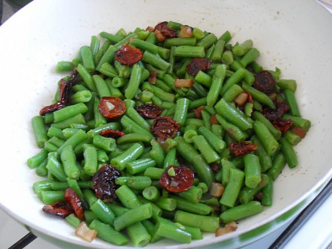 Srdíčka s fazolkami a sušenými rajčátky na slanině