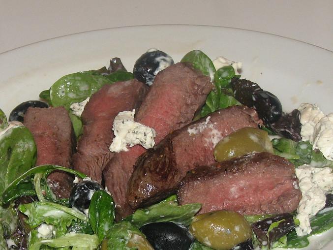 Steak na zeleném salátu s kozím sýrem a olivami