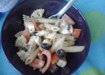 Těstovinový salát s černými olivami a balkánským sýrem