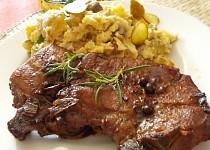 Vepřové kotlety na grilu, v marinádě z červeného vína, oleje,  hořčice a bylinek