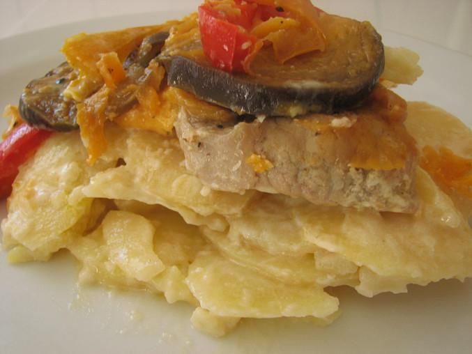 Zapečené telecí plátky s bramborami, paprikami a lilkem