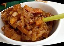 Chutney ze sušených meruněk, cibule a mandlí