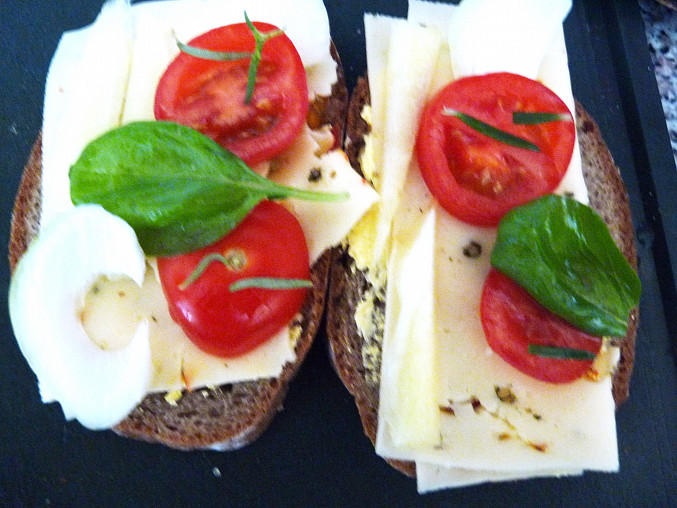 Grilovaný chléb se sýrem a zeleninou