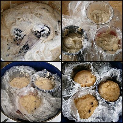 Hrnkové knedlíky s ostružinami, Směsí naplníme sáčky v hrníčcích,ty vložíme do vroucí vody a pod pokličkou vaříme cca 40minut