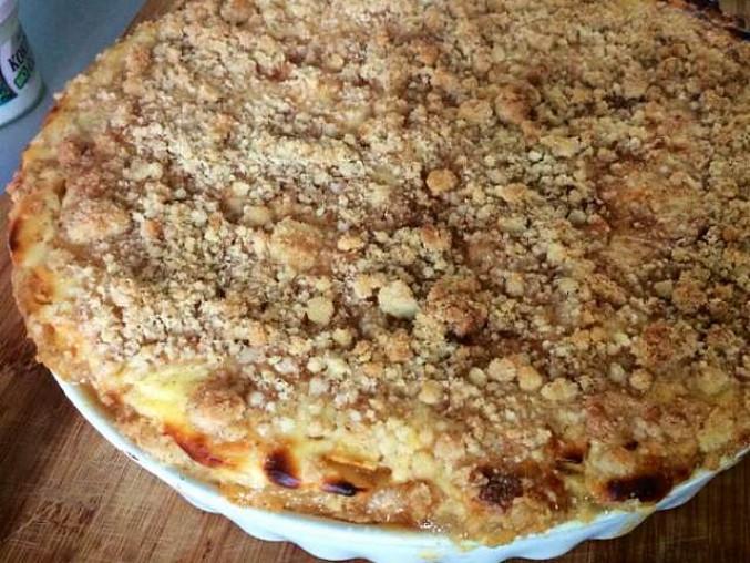 Jablečno-tvarohový koláč s čepicí a skořicovou drobenkou