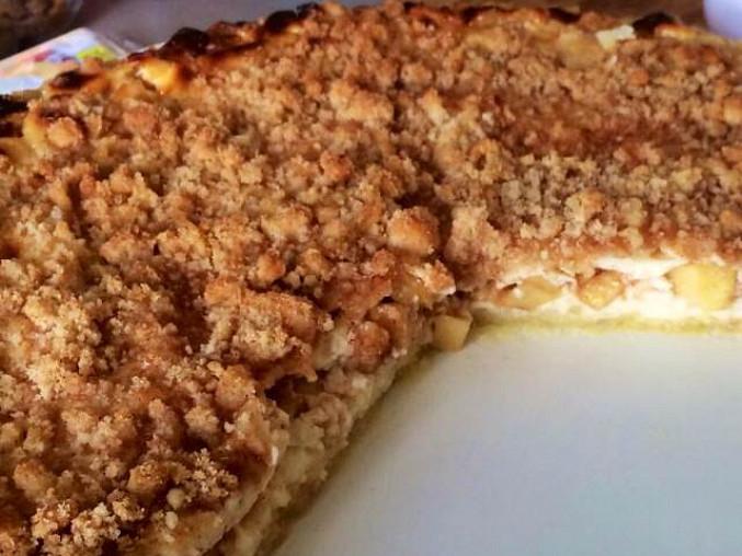 Jablečno-tvarohový koláč s čepicí a skořicovou drobenkou, koláč bez bílkové čepice