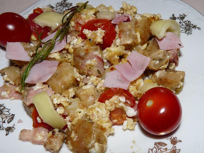Knedlík ve vaječině s paprikou a rajčátkem.