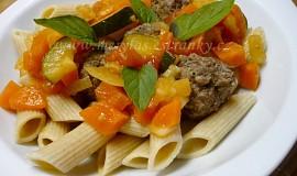 Kuličky z hovězího masa s celozrnnými těstovinami a zeleninou
