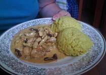 Kuřecí kousky s arašídy a kurkumovou rýží