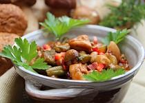 Letní kuřecí kotlík s houbami a zeleninou