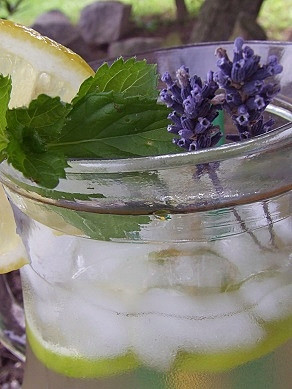 Levandulovo-mátová limonáda s limetkou
