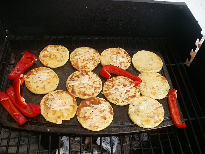 Na desce grilované bramborovo-parmazánové placičky