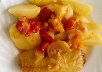 Pečené plněné papriky s cibulí a rajčaty