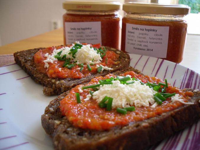 Směs na topinky II, Směs podávána na opečeném celozrnném chlebu, posypané balkánským sýrem a čerstvou pažitkou