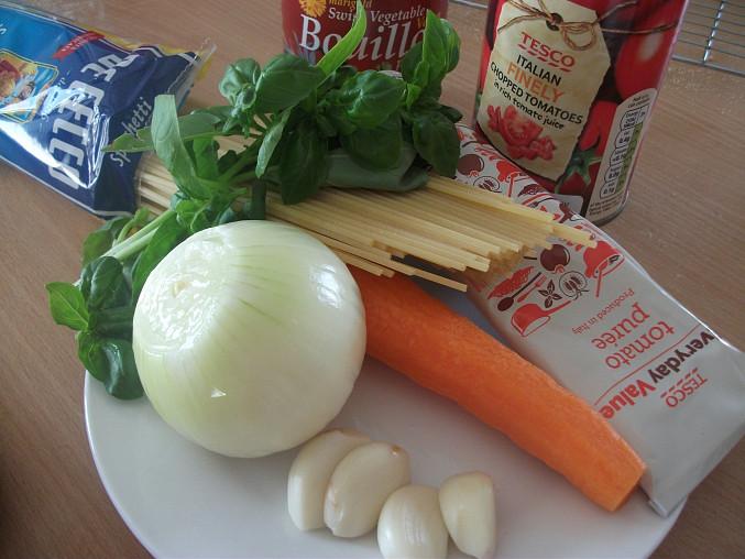 Špagety s rajčatovou omáčkou z jednoho hrnce, suroviny