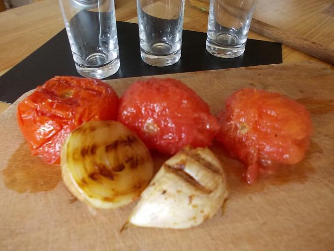 Trikolora s grilovanými rajčaty a česnekem