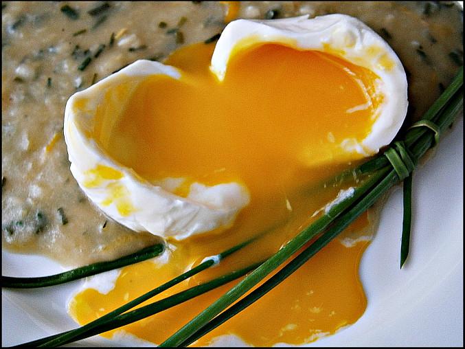 Ztracená (zastřená) vejce, Do igelit.sáčku kápnu trošku oleje,dám do malé naběračky,vyklepnu vejce,sáček zauzlíkuji a dám na 4min.do vroucí vody