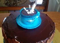 Čokoládový dort s šálkem kávy a levitující smetanou